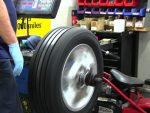 Колесо бьет на скорости – Бьет правое переднее колесо на скорости. Неправильные углы установки колес. Износ или коробление тормозных дисков